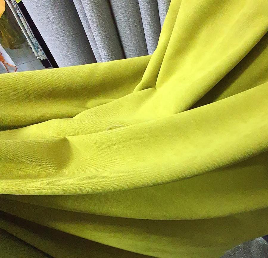 Geltonai žalios naktinės veliūro užuolaidos